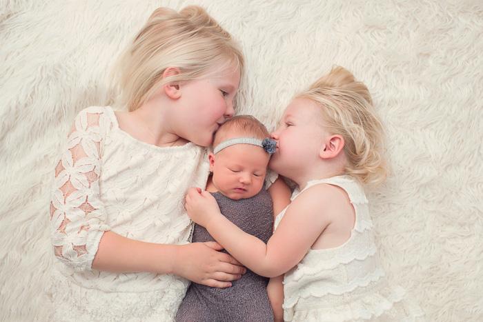 newborn, photography, session, photo shoot, houston, texas, photographer, kelli nicole photography, baby girl, color, zoe, recemnascido, sister, kiss