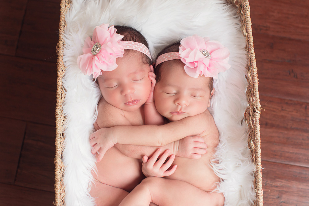 newborn, twin, photography, photograph, photographer, houston, twins, sisters, sister, baby, girl, girls, fraternal, kelli nicole photography, houston, texas, family, siblings, cute, best, cutest, favorite, hug, hugs,